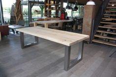 ZWAARTAFELEN I Massief eiken tafel met rvs U onderstel van Zwaartafelen I www.zwaartafelen.nl I #Inspiratie #keuken #eetkamer #eiken #hout #tafel