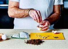 Umiestnite polovicu vajcovej škrupiny do stojana a naplňte ho hlinou. Zasaďte do nej malé rastlinky a vytvorte na stole mini záhradku.