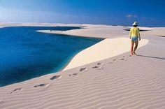 Apesar dos ventos fortes, o chão de areia batida facilita a caminhada pelas dunas dos Lençóis Maranhenses