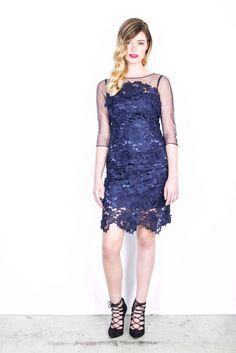 Jurken Huren. Adrianna Papell. 3/4 sleeves. Lace dress. Midi dress. Dark blue. Navy color. Black tie. Cocktail party. Tenue de Ville