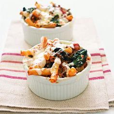 Lasagna-Style Baked Ziti - You can't go wrong with this crowd-pleasing recipe, which dresses up pasta with marinara sauce, browned beef, melted mozzarella, and Parmesan. Make Ahead Meals, Easy Weeknight Meals, Freezer Meals, Easy Meals, Ziti Al Horno, Real Simple Recipes, Pbs Food, Tasty, Yummy Food