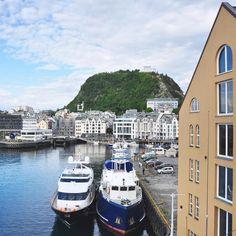 Malpensa/Oslo - Oslo/#Ålesund possiamo dare il via a #FjordExperience! Dopo circa 4 ore di volo eccomi in questo incanto nordico ho visto la città veloce dal finestrino e già la amo questo invece è il panorama pieno di luce dalla mia finestra allo Scandic Alesund dove soggiornerò per questa prima tappa. La vista sul porto mi garba assai! #Norvegia #VisitNorway #visitalesund  @volagratis  @visitnorway_it  @visitalesund  @fjordnorway