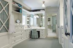 窓から光のさす化粧台が付いたクローゼットルーム。 グレーの床に白とアイボリーのクローゼットで、アクセントにパステルブルーがフィット。