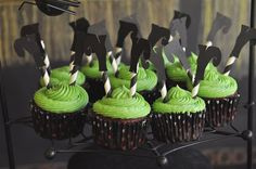 Wizard of Oz cupcakes: green buttercream frosting topped with some little witch feet! (pattern to print off the witch boot pattern)
