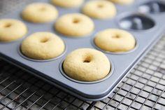 Donuts au four au thermomix. Voici une nouvelle recette des beignets américains ( donuts ), cette fois des donuts au four, une recette facile et simple à réaliser au thermomix.