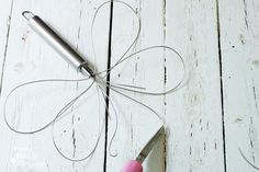 Make this Dragonfly Garden Decor using a Dollar Store Wire Whisk and Skewer. This craft can be done with the kids with some adult supervision. Garden Crafts, Diy Garden Decor, Garden Ideas, Fence Post Crafts, Dragonfly Garden Decor, Dragonfly Art, Soda Can Flowers, Wire Whisk, Metal Garden Art