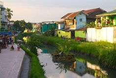 Sistema de baixo custo revitaliza rio e transforma a paisagem em Manila.