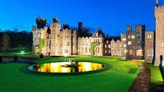 Castillo de Ashford Irlanda Con vista a las imponentes colinas del Condado de Mayo este castillo fue construido en 1228 y en sus salones puede sentirse inmediatamente esa elegancia que sólo la realeza posee. Los huéspedes pueden disfrutar actividades pert