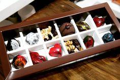 Son detalles que enamoran. Caja de 12 bombones a tú elección. Solo en karana. #Chocolate #bombon #chocolatier #cacao #Ecuador #Cuenca #pastry #sweet #chocolate #choco #bonbons #bombonera #ecuador #cacao #Cuenca #gastroart #foodie #foodporn #bonbonniere #sugar #chocolat #pastry #dessert #foodgasm #foodstagram #foodpics #picoftheday #food #foodphotography #theartofplating #pictureoftheday #photogrid #photooftheday by andrescarrillop