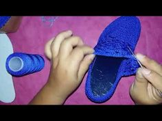 MODELO  CRISTAL #2 - YouTube Crochet Sandals, Crochet Shoes, Flip Flop Sandals, Shoes Sandals, Spring Boots, Crochet Videos, Slippers, Legs, Knitting
