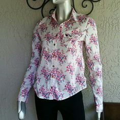 Abercrombie & Fitch Pretty Floral Print Blouse Brand Abercrombie & Fitch  Size Small Junior  100 % Cotton  Perfect condition  Classic style Button Front Blouse in Pretty Floral Print Designer Moose Logo on Breast Flap Pocket. Bundles available with discounts Abercrombie & Fitch Tops Button Down Shirts