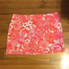 Lilly Pulitzer skirt NWOT Lilly Pulitzer skirt! Zips in back Lilly Pulitzer Skirts