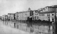 Rive del Tevere a monte di Ponte Sisto, altezza Via dell'Armata Anno: 1882 Italy Pictures, Old Pictures, Old Photos, Best Cities In Europe, Beautiful Buildings, Paris Skyline, Rome, Louvre, Black And White