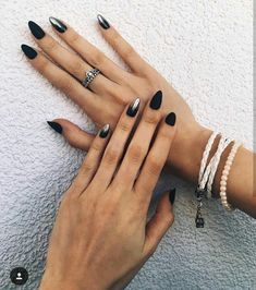 The advantage of the gel is that it allows you to enjoy your French manicure for a long time. There are four different ways to make a French manicure on gel nails. French Nails, French Gel, French Manicures, Black Wedding Nails, Black Nails, Black Almond Nails, Cute Nails, Pretty Nails, Hair And Nails