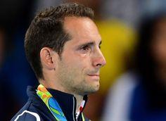 JEUX OLYMPIQUES 2016 – L'image restera. Le Français Renaud Lavillenie, médaillé d'argent à la perche, a été sifflé mardi soir par le public du st