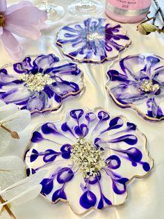 Resinuntersetzer in Blumendesign. Verfügbar in meinem Onlineshop www.STARKE-impressionen.de #tischdekoration #untersetzer #blumendeko #resinuntersetzer #geschenkideen #allium #resinart Tumbler Cups, Stark, Purple Flowers, Glitter, Instagram, Resin Tutorial, Resin Art, Crafting, Sequins