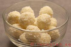 Snöbollar - Recept på snöbollar. Mycket goda små vita chokladkulor som du enkelt gör på en halvtimme. Recept med förklarande bilder.
