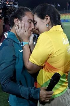 Rio Olympics: Gay Olympics worker proposes to her Brazilian rugby player girlfriend on rugby pitch (photos) - http://www.thelivefeeds.com/rio-olympics-gay-olympics-worker-proposes-to-her-brazilian-rugby-player-girlfriend-on-rugby-pitch-photos/