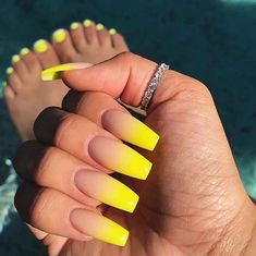 False nails have the advantage of offering a manicure worthy of the most advanced backstage and to hold longer than a simple nail polish. The problem is how to remove them without damaging your nails. Summer Acrylic Nails, Best Acrylic Nails, Acrylic Nail Designs, Acrylic Nails Yellow, Holiday Acrylic Nails, Acrylic Nails Coffin Ombre, Yellow Nails Design, Yellow Nail Art, Neon Yellow Nails