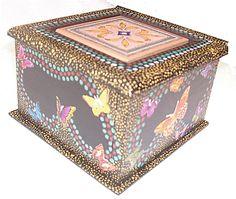 CLAF - Lindo Cofre de Madera Puntillismo Mariposas (COD 507 - Cofre) En madera MDF. Pintado y barnizado. Tapa con cerámica. Medidas: - Frente: 14 cm - Ancho: 14 cm - Alto: 10 cm Precio: $ 4.500 www.claf.cl