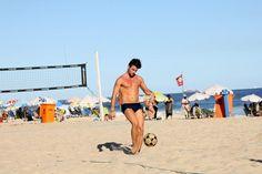 Rafael, do 'BBB15', joga futevôlei e mostra boa forma