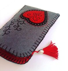 How to Make Woven Felt Hearts Tutorial – Needle Felting Felt Crafts Diy, Felt Diy, Fabric Crafts, Sewing Crafts, Felt Phone Cases, Felt Case, Felt Embroidery, Felt Applique, Pochette Portable