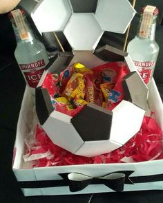 ¿cuantas veces no te a pasado? Bf Gifts, Craft Gifts, Gifts For Friends, Gifts For Him, Soccer Birthday, Cute Birthday Gift, Diy Birthday, Boyfriend Crafts, Diy Gifts For Boyfriend