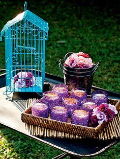 Em uma festa ao ar livre, as comidinhas podem ser dispostas sobre um carrinho de ferro. A peça ganha charme extra enfeitada com a gaiola azul, que abriga um delicado arranjo de flores