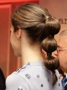 Doña Letizia volvió a convertirse una vez más en el centro de todas las miradas con su original coleta y se sumó a uno de los peinados de moda, la bubble ponytail o coleta de burbujas