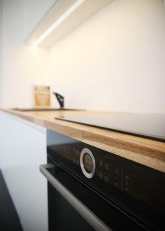 Biała zabudowa rozjaśnia i powiększa optycznie niewielką kuchnię. Zastosowanie matowych frontów szafek był podyktowany względami praktycznymi.