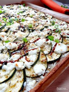 Courgette & Feta Tart, with Honey & Thyme (recipe in French) – via Epices et Moi Fun Easy Recipes, Veggie Recipes, Diet Recipes, Vegetarian Recipes, Cooking Recipes, Healthy Recipes, Healthy Cooking, Quiches, Feta