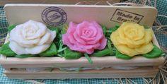 Jardineira de Sabonetes Rosa Damascena <br> <br>Produzidas com essência de rosa damascena, óleo vegetal de coco de babaçu e extrato glicólico vegetal de gérmem de trigo