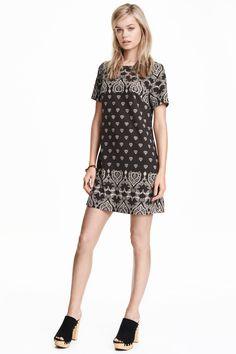 Gemustertes Kleid: Kurzes Kleid aus bedrucktem Kreppstoff. Modell mit Kurzarm und verdecktem Rückenreissverschluss. Ungefüttert.