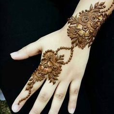 No occasion is carried out without mehndi as it is an important necessity for Pakistani Culture.Here,you can see simple Arabic mehndi designs. Back Hand Mehndi Designs, Simple Arabic Mehndi Designs, Henna Art Designs, Stylish Mehndi Designs, Mehndi Designs For Fingers, Mehndi Simple, Latest Mehndi Designs, Bridal Mehndi Designs, Tattoo Designs