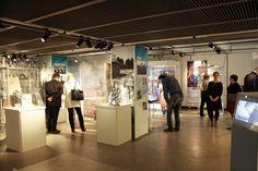 Näyttelyn avajaiset keräsivät vierailijoita tutustumaan suomalaisiin urheilutarinoihin.