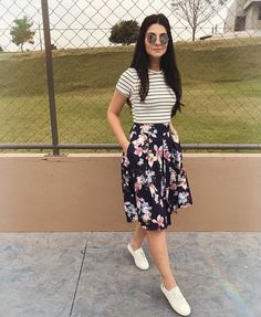 Ladies outfit trends with short floral skirt and striped t-shirt - Outfits Women Modest Dresses, Modest Outfits, Modest Fashion, Casual Dresses, Casual Outfits, Fashion Dresses, Cute Outfits, Feminine Fashion, Floral Skirt Outfits