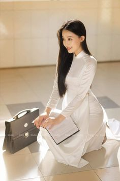 Vietnamese Dress, Beauty Around The World, Ao Dai, Asian Style, Photo Studio, Asian Girl, Peplum Dress, Hair Beauty, Model