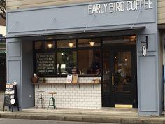 埼玉県川口市西新井宿に、2015年9月にオープンした「EARLY BIRD COFFE(アーリーバードコーヒー)」。窓が大きく、綺麗なサックスブルーの外観が素敵。