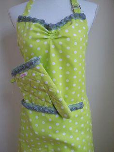 Groen schort met stippen van Kitty-boe, met bijpassende ovenwanten! Green apron polka dot with lace, very feminin!