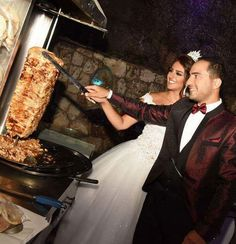 Who needs a wedding cake when there's shawarma - Funny, Humor, LOL, Pics Greek Memes, Funny Greek Quotes, Funny Qoutes, Funny Humor, Funny Meme Pictures, Funny Images, Awkward Wedding Photos, Wedding Photographie, Wedding Meme