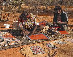"""Artistes aborigènes - Australie... Il est quand même à noter """"l'atelier"""" de peinture qu'occupent ces """"sauvages"""" !!! Ils créent des motifs magnifiques et abstraits qui me plongent dans une profonde admiration !!!"""