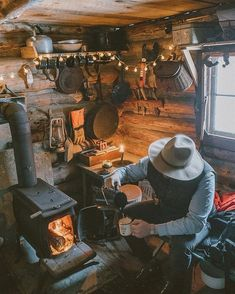 n this article, we will talk about excellent log cabin interior design you can apply into your cabin. Start with cabin ceiling and the walls. Tiny House Cabin, Log Cabin Homes, Small Log Cabin, Small Cabins, Log Cabins, American Grit, American Photo, Cabin Interior Design, Interior Ideas