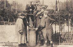 Les petits métiers du Paris d'antan Le marchand de plaisirs... (vieille carte postale, vers 1900)