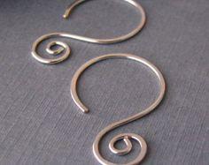 Pendientes hechos a mano del Swirly aro oreja cables plata