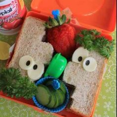 What a cute way to pack your child's lunch! :) Parenting done right!