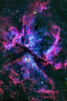 A Nebulosa de Eta Carinae é uma grande nebulosa brilhante, que rodeia vários aglomerados abertos de estrelas. Entre essas estrelas encontram-se Eta Carinae e HD 93129A, que são duas das mais maciças e luminosas estrelas da Via Láctea.