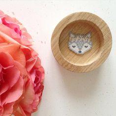 Motif tête de renard avec couronne de fleurs en tissage brick stitch