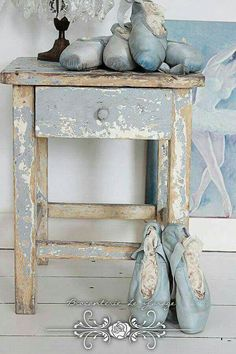❤¯`★´¯)Shabby Chic(¯`★´¯)°❤ …Pretty French blue home decor. Those blue ballet shoes are darling. Shabby Chic Mode, Shabby Chic Stil, Shabby Chic Bedrooms, Shabby Chic Cottage, Shabby Chic Furniture, Shabby Chic Decor, Painted Furniture, Bedroom Furniture, Furniture Sets