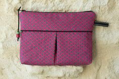 DIY: a make-up bag In which fabric are you going to sew this make-up bag? Nice bag for making-up! Diy Couture, Couture Sewing, Sewing Tutorials, Sewing Projects, Sewing Patterns, Diy Bags Purses, Creation Couture, Sewing Kit, Sewing Accessories