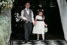 Casamento clássico - daminha de vestido branco com faixa e sapatinho preto - na mão, pomander de flores ( Foto: Lan Rodrigues )